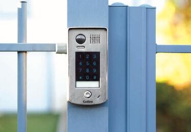 Système de contrôle d'accès autonome et porte de garage